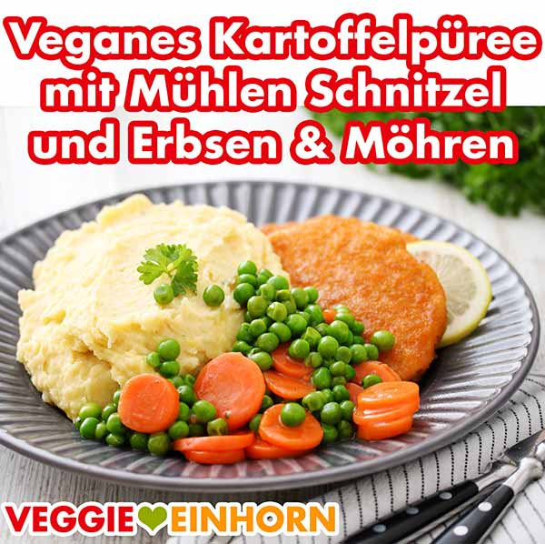 Ein Teller mit Kartoffelpüree, veganem Schnitzel und Erbsen und Möhren