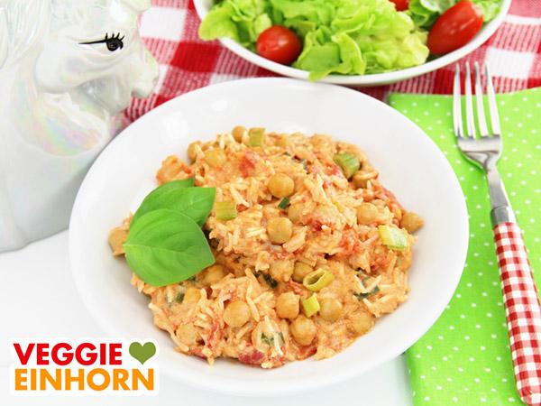 Veganes Curry mit Reis und Kichererbsen auf dem Teller