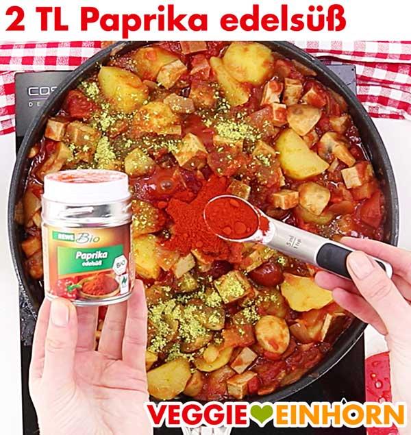 Veganes Tofu Gulasch würzen mit Paprika edelsüß Pulver