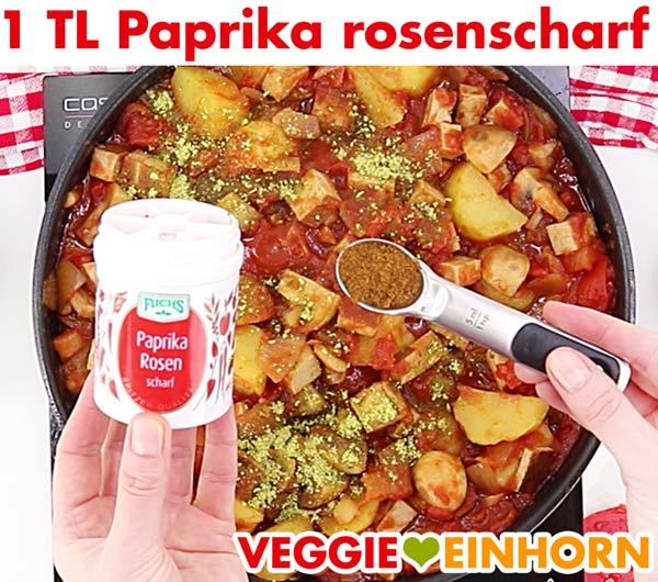 Veganes Tofu Gulasch würzen mit Paprika rosenscharf Pulver