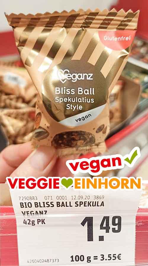 Eine Packung Veganz Bliss Ball Spekulatius Style im Supermarkt