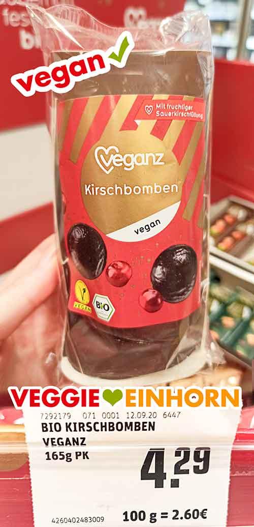Eine Packung Veganz Kirschbomben im Supermarkt
