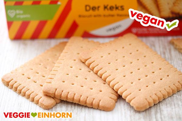 Drei vegane Bio Butterkekse liegen auf dem Tisch