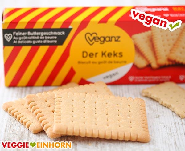 Drei vegane Butterkekse liegen vor der Packung