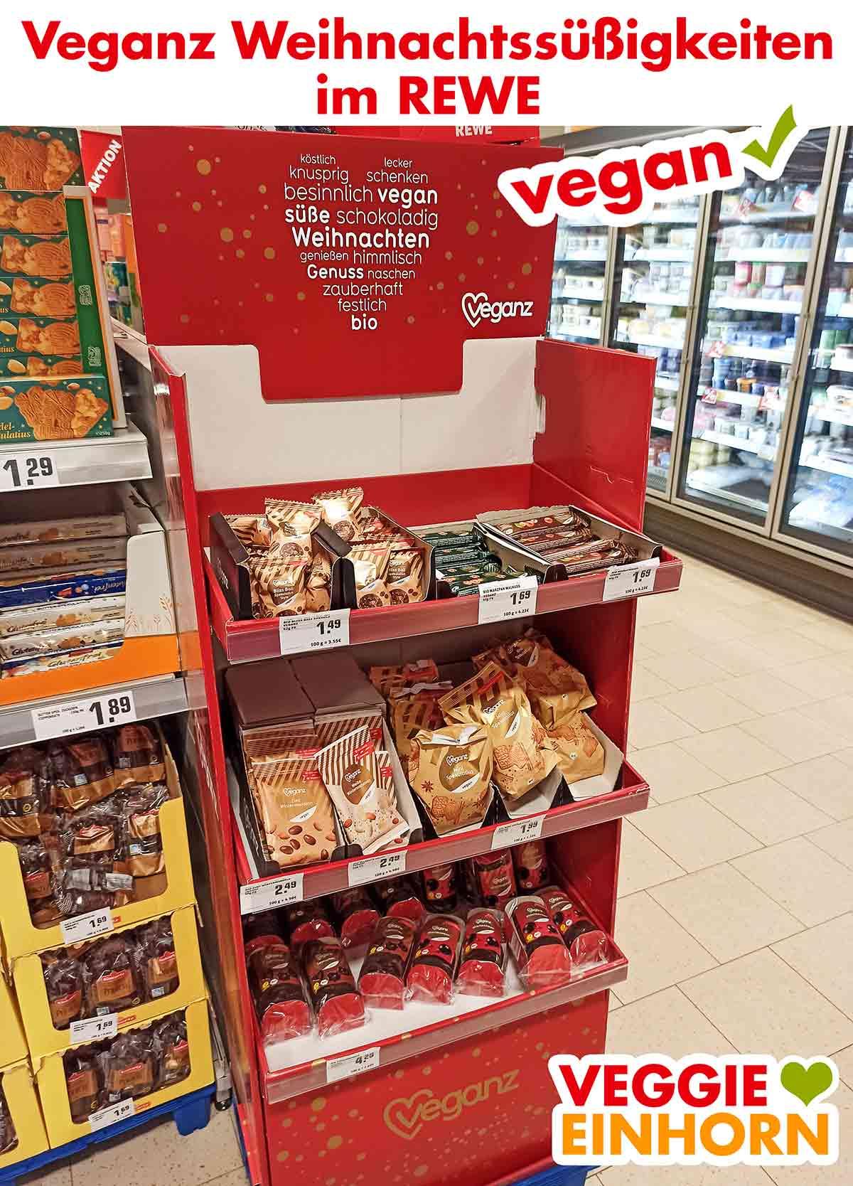 Ein Regal mit Veganz Süßigkeiten für Weihnachten im Supermarkt