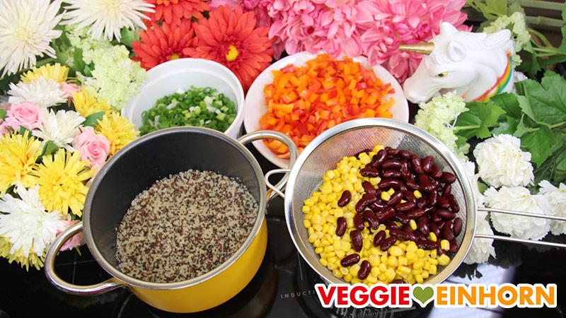 Zutaten für Quinoa-Bohnen-Mais-Salat mit Paprika und Lauchzwiebeln