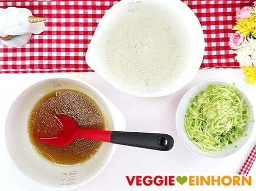 Vorbereitete Zutaten für veganes Zucchinibrot