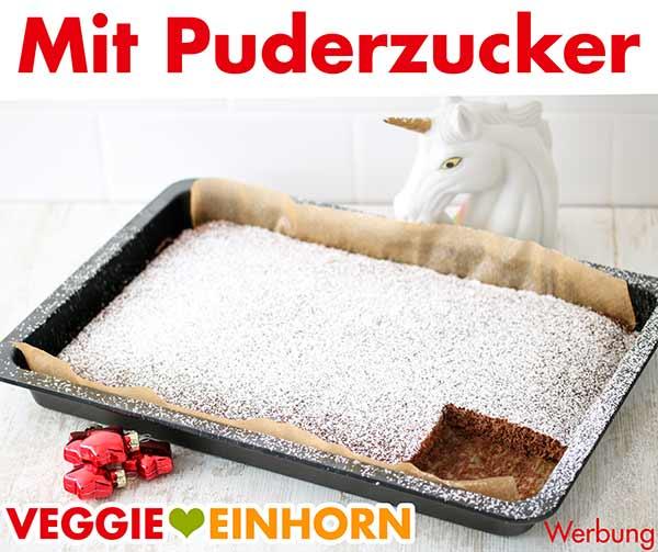 Lebkuchen auf dem Backblech mit Puderzucker bestreut