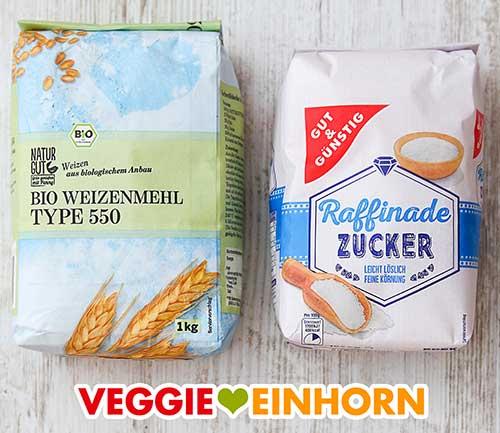 Eine Packung Weizenmehl Type 550 und eine Packung Zucker