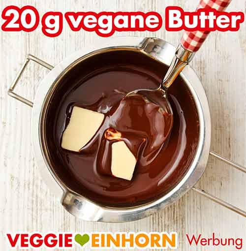 Vegane Butter mit der geschmolzenen Zartbitterkuvertüre in der Schmelzschale