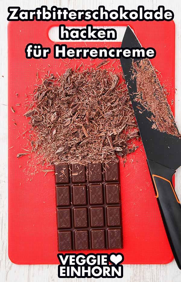 Eine Tafel vegane Zartbitterschokolade auf einem Schneidebrett mit einem Messer
