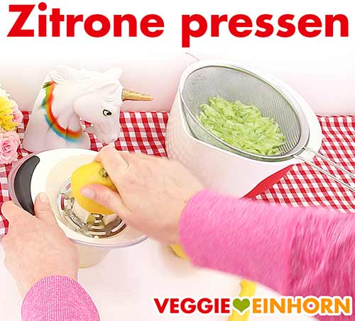 Zitronensaft auspressen.