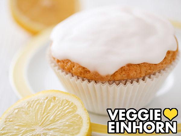 Ein Zitronenmuffin auf einem kleinen Teller