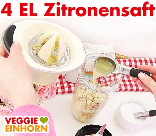 Zitronensaft in den Mixbecher geben