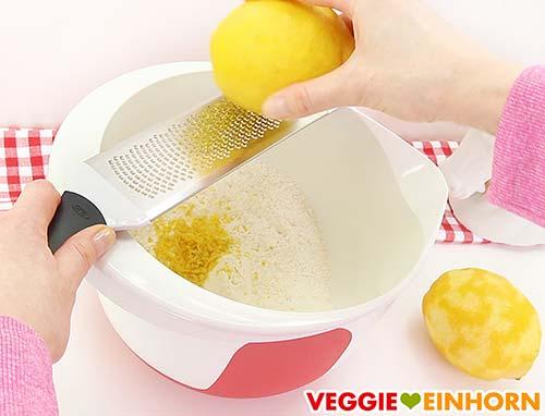 Zitronenschale reiben