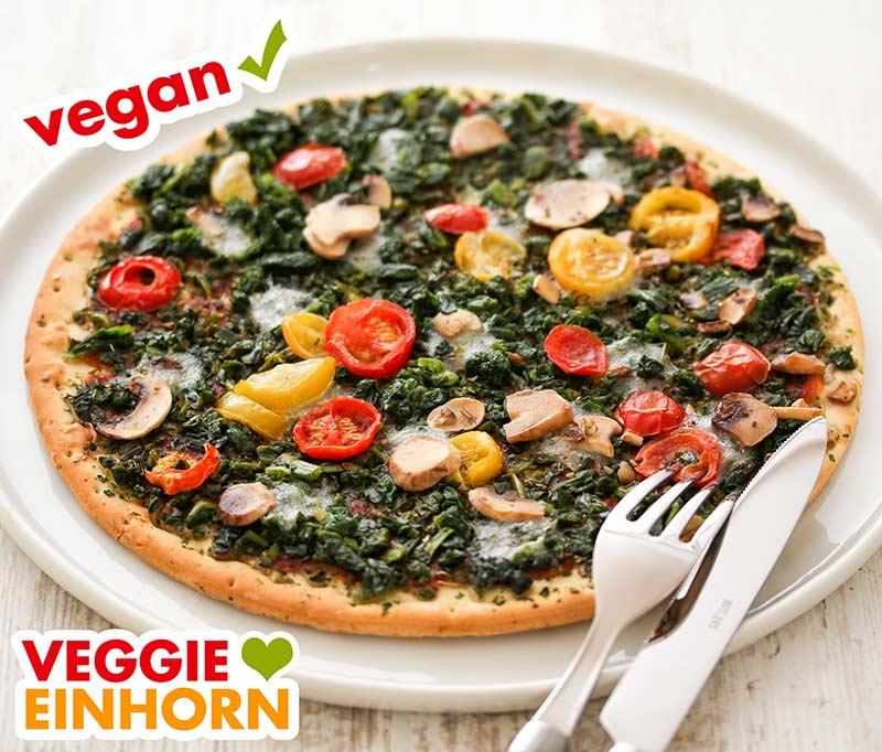 Zubereitete vegane Pizza verdura mit Messer und Gabel