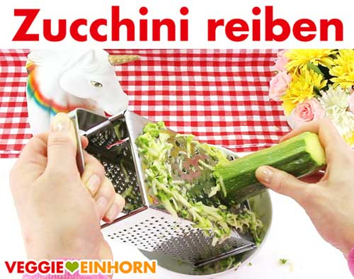 Zucchini auf der Reibe grob raspeln