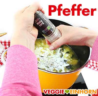 Zucchinisuppe würzen mit Pfeffer