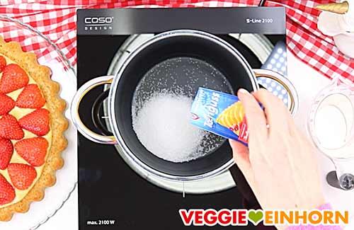Zucker und Tortenguss Pulver in Topf geben