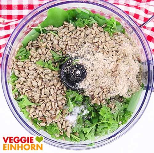 Zutaten für veganes Bärlauchpesto in der Küchenmaschine