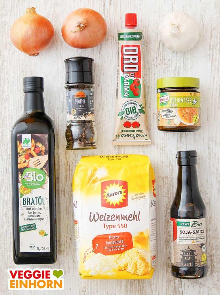 Zwiebeln, Knoblauch, Öl, Pfeffer, Tomatenmark, Gemüsebrühe, Mehl, Sojasoße