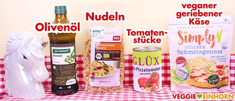 Olivenöl, Nudeln, Tomaten aus der Dose, veganer Käse