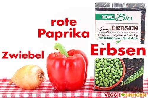 Zwiebel, rote Paprika und tiefgekühlte Erbsen