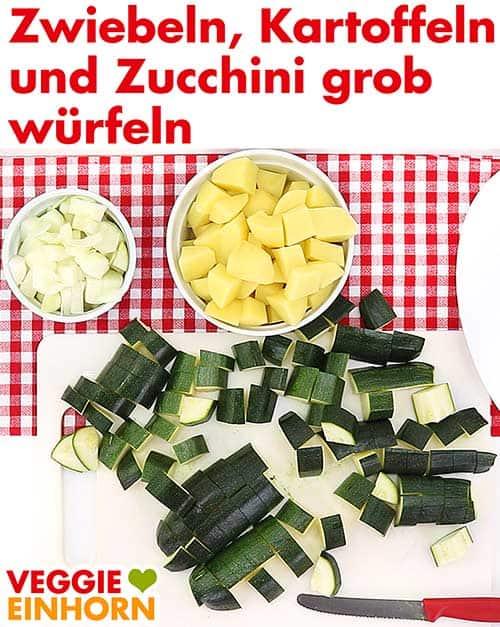 Zwiebeln, Kartoffeln und Zucchini würfeln