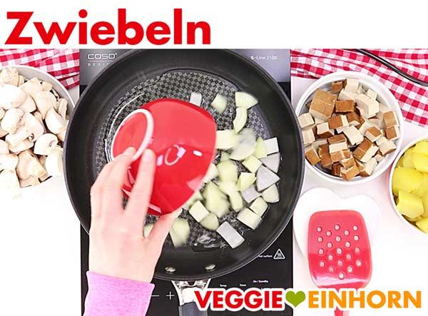 Zwiebeln zufügen für veganes Tofu Gulasch