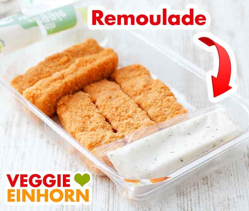 Packung mit veganer Remoulade und veganen Fischstäbchen