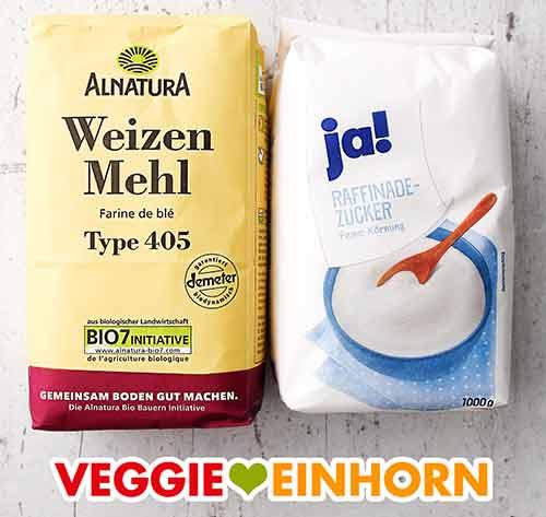 Eine Packung Bio Weizenmehl Type 405 und eine Packung Zucker