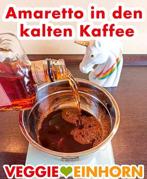 Amaretto zum kalten Espresso zufügen