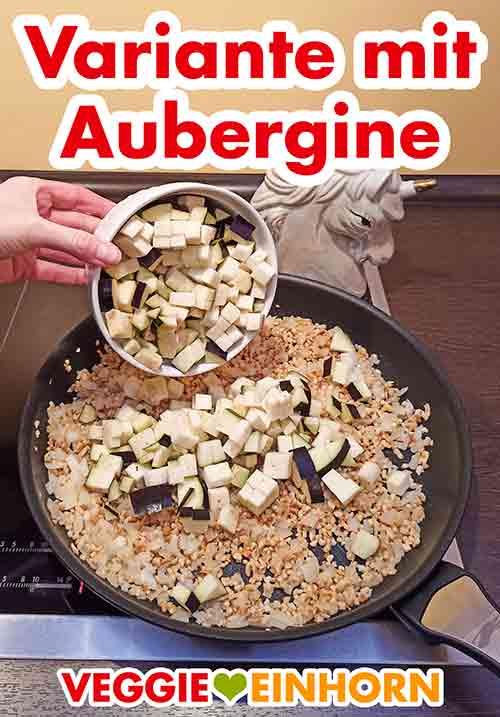 Gewürfelte Aubergine mit in die Pfanne geben