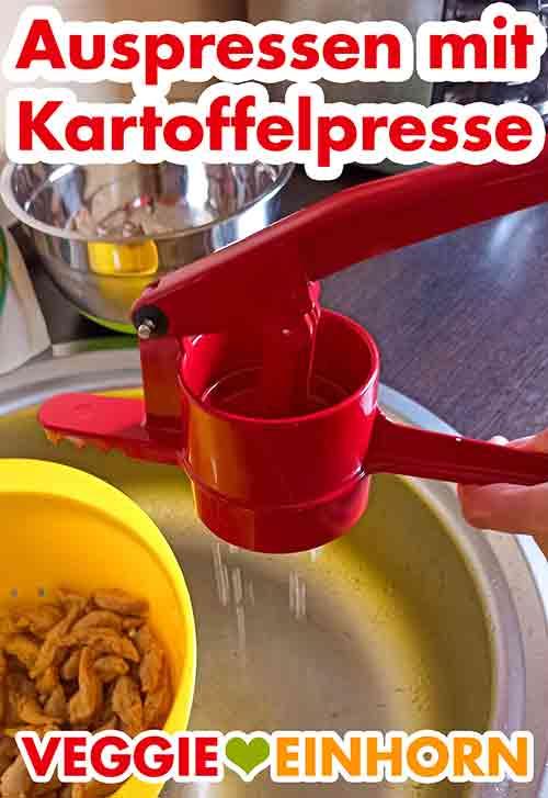 Die Kartoffelpresse presst Wasser aus den Sojaschnetzeln