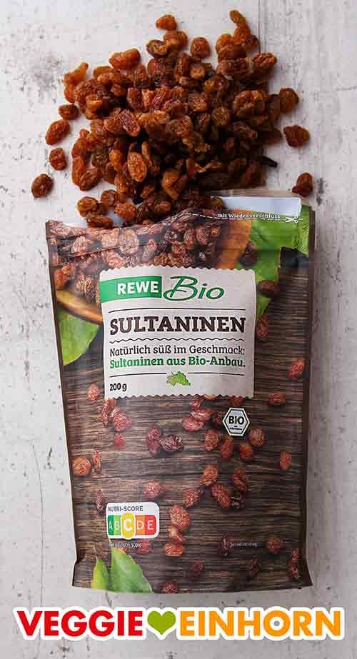 Eine geöffnete Packung Bio Sultaninen
