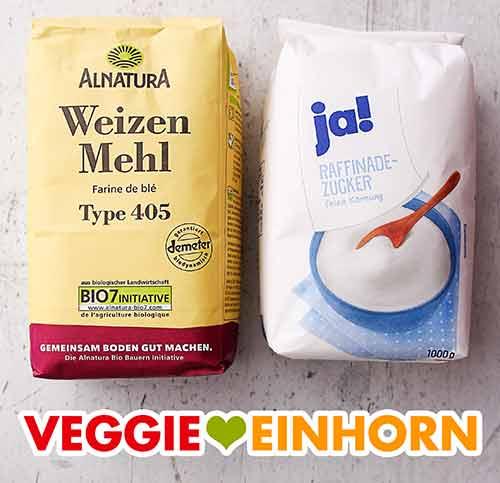 Eine Packung Weizenmehl Type 405 und eine Packung Zucker