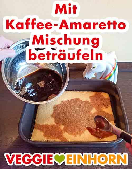 Der Biskuit wird mit Espresso und Amaretto getränkt.