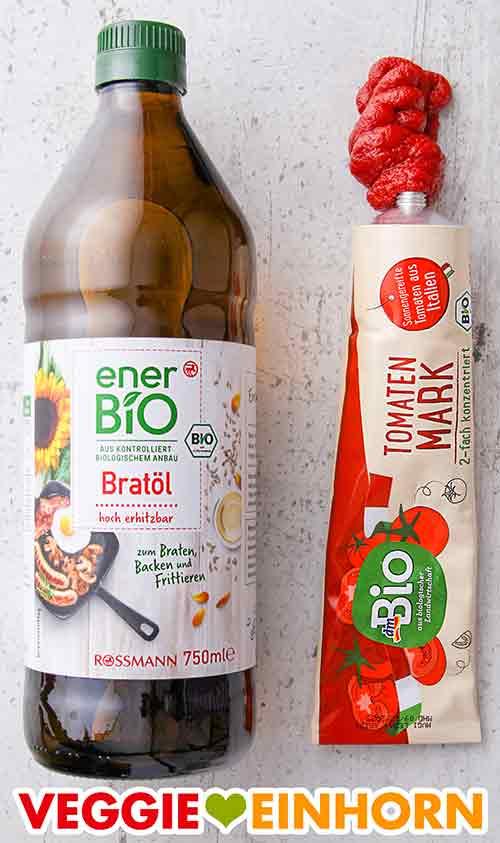 Eine Flasche Bratöl und eine Tube Tomatenmark
