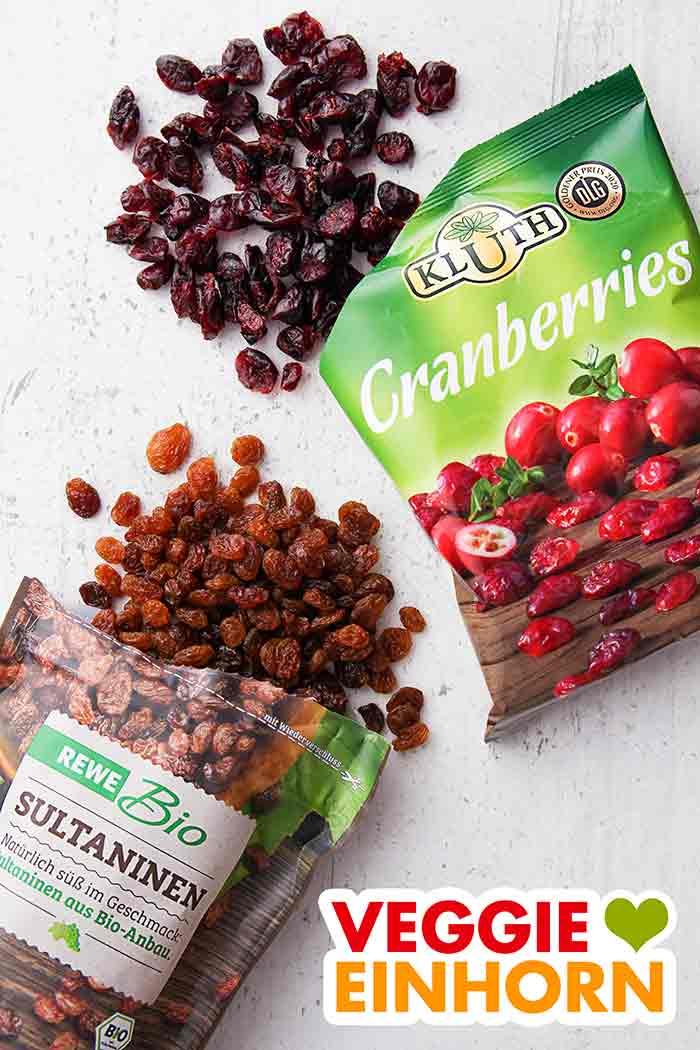 Eine Packung getrocknete Cranberries und eine Packung Rosinen