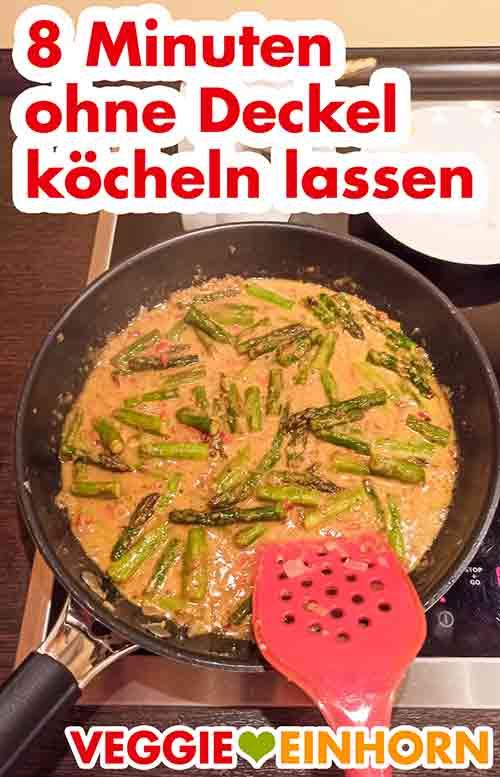 Das Curry kocht bei kleiner Hitze ohne Deckel in der Pfanne.