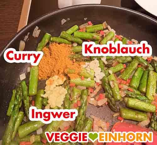Curry Pulver, Knoblauch und Ingwer in der Pfanne mit dem Spargel