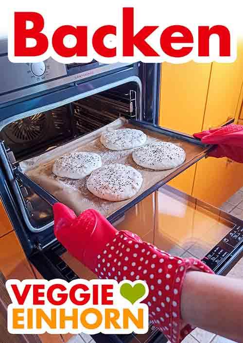 Das Blech mit den Dönerbroten in den Ofen schieben