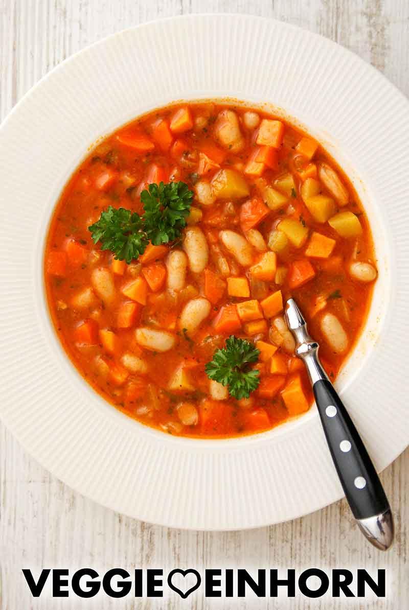 Ein Teller mit Möhren Süßkartoffel Eintopf