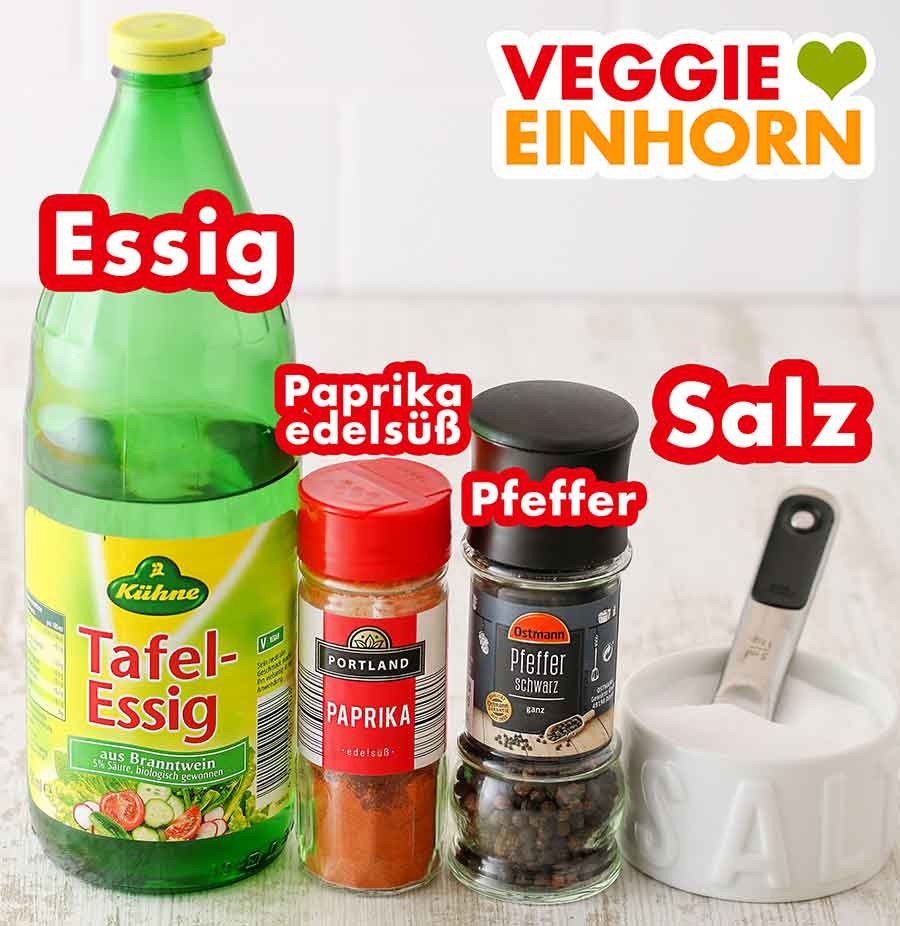 Essig, Paprika edelsüß Pulver, schwarzer Pfeffer und Salz