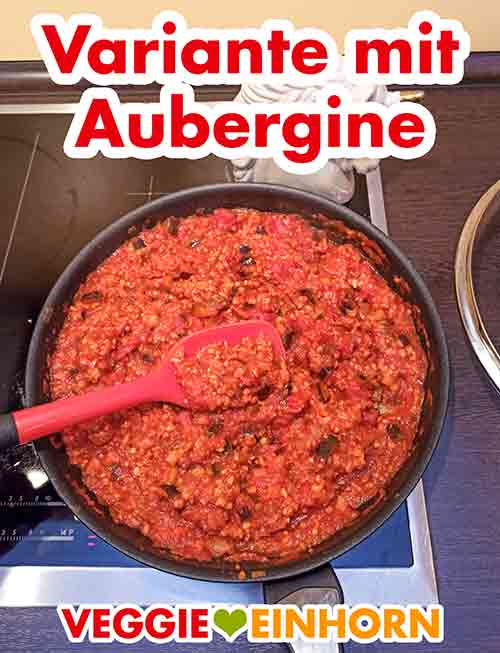 Fertig gekochte Nuss Bolognese mit Aubergine in der Pfanne