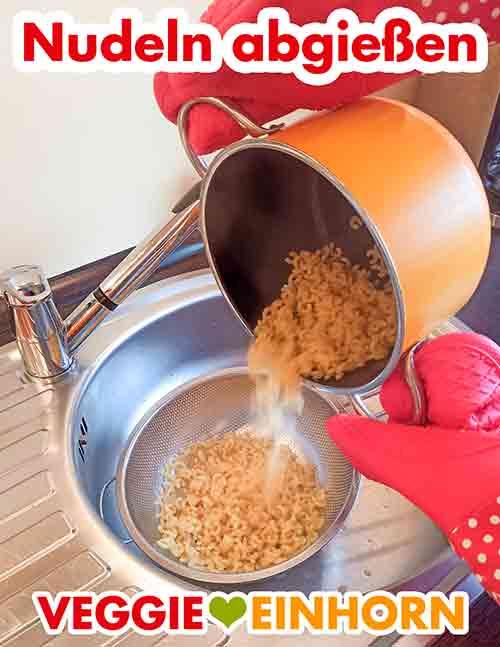 Die gekochten Nudeln abgießen