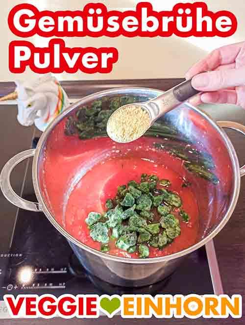 Gemüsebrühe Pulver in den Topf zufügen