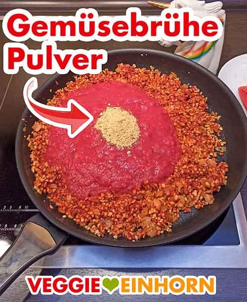 Gemüsebrühe Pulver und Tomatenstücke in der Pfanne