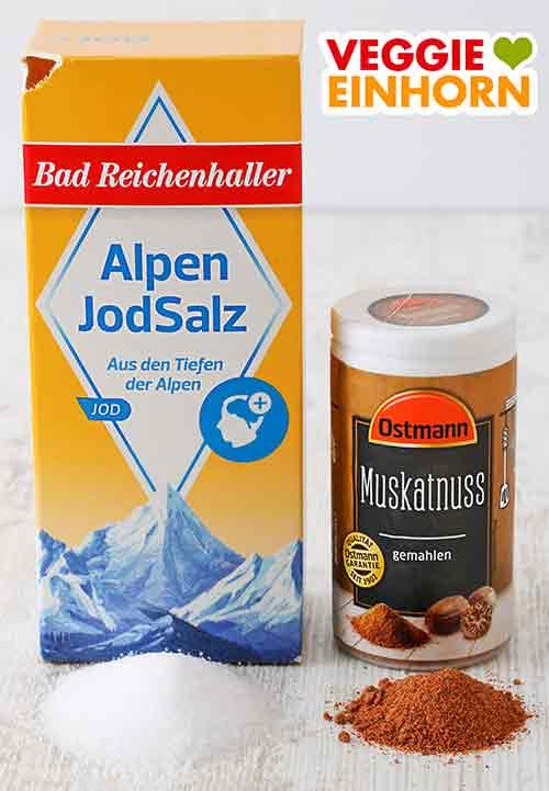 Eine Packung Salz und eine Gewürzdose mit Muskat