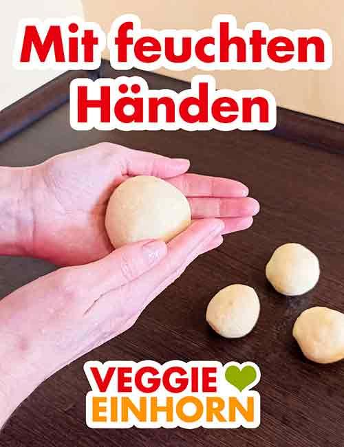 Formen der Kartoffelknödel mit den Händen